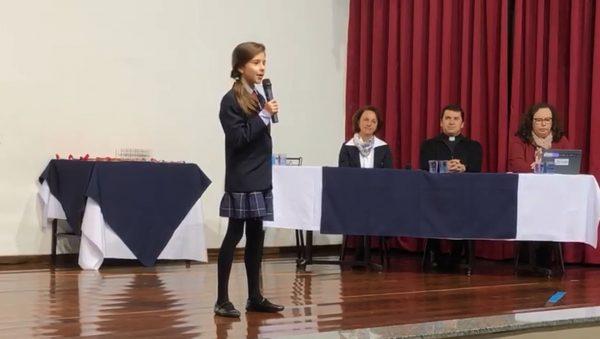 Aluna de 10 anos dá medalha para o colega que ficou triste por perder concurso